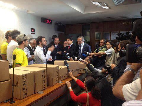 Petição contra Renan é entregue ao Senado