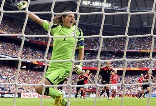 Angerer comemora segundo pênalti pegue na Final(Foto: UEFA.com)